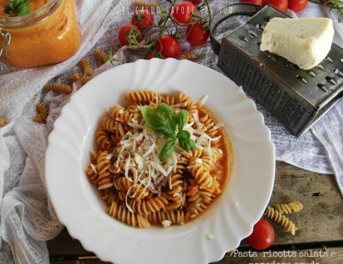 Pasta con la ricotta salata e il pomodoro crudo