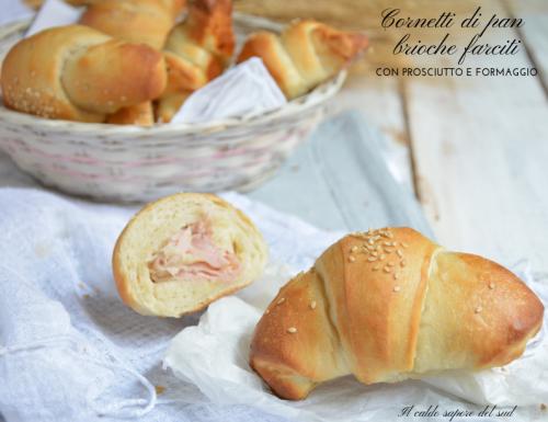 Cornetti di pan brioche farciti con prosciutto e formaggio
