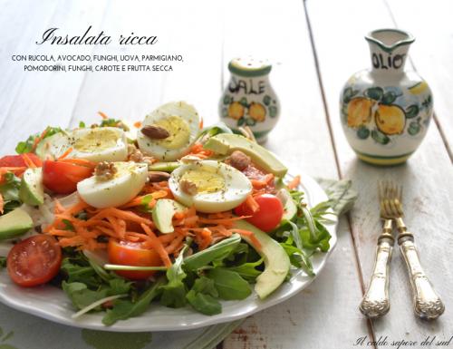 Insalata ricca con rucola avocado grana uova carote pomodorini