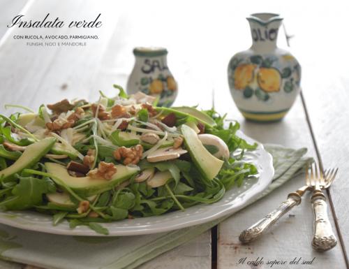 Insalata verde con rucola, avocado, grana, funghi e frutta secca