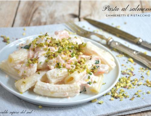Pasta al salmone con gamberetti e pistacchio