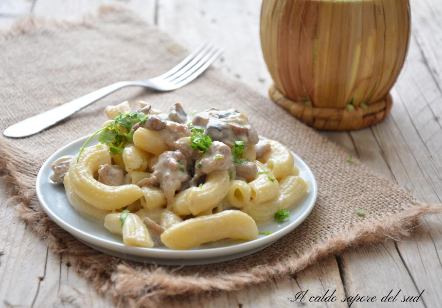 Pasta cremosa con salsiccia e funghi