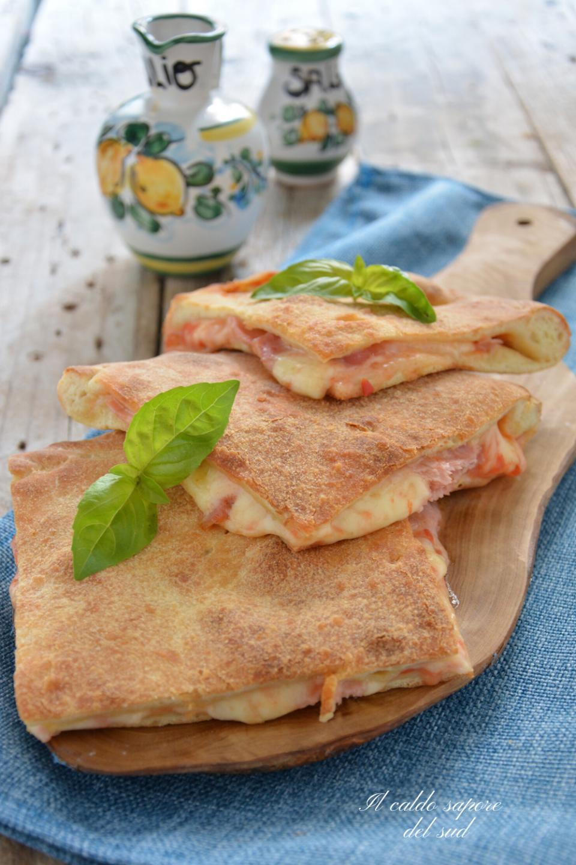 Pizza coperta con pomodoro mozzarella e prosciutto