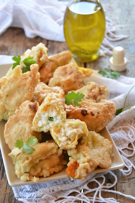 Fiori di zucca ripieni di ricotta e formaggio in pastella