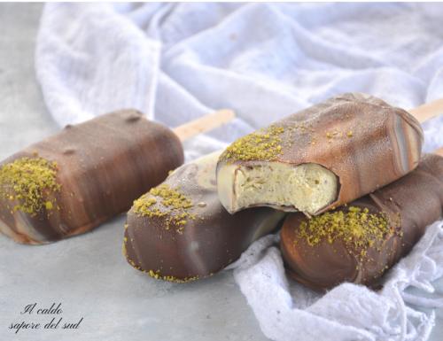 Gelato stecco al pistacchio con copertura al cioccolato