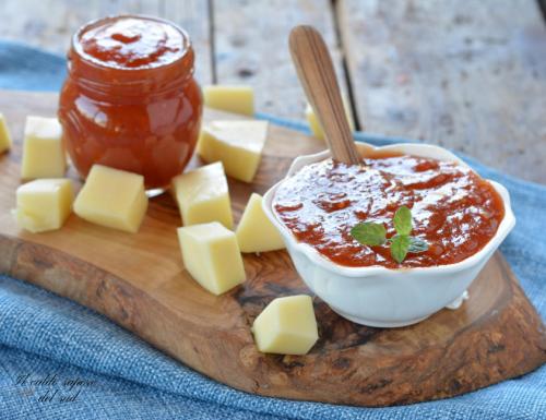 Confettura di pomodori rossi piccante per formaggi