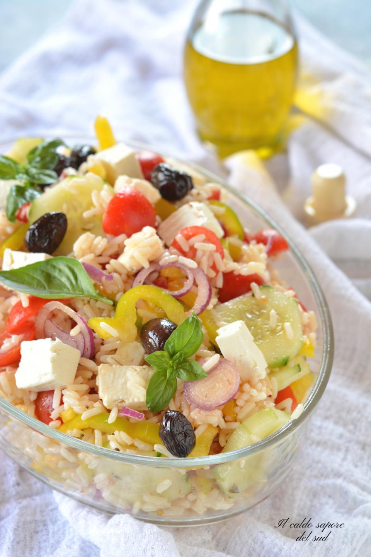 Insalata di riso alla greca con feta e pomodorini