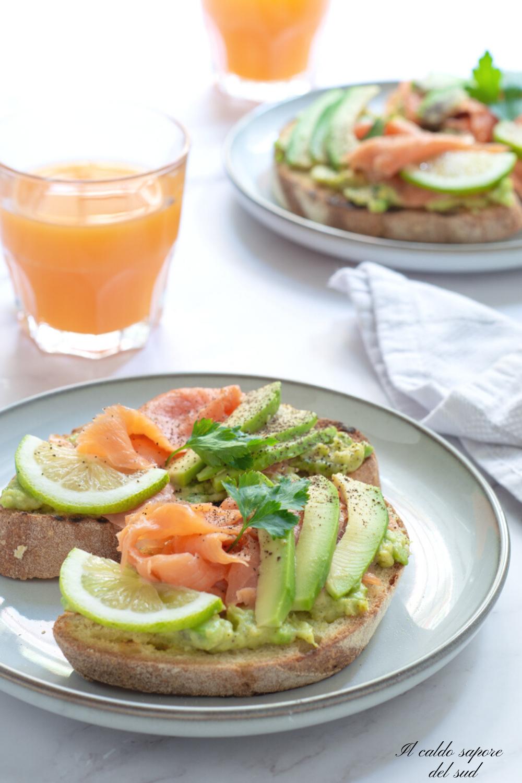 Avocado toast al salmone affumicato e pane casereccio
