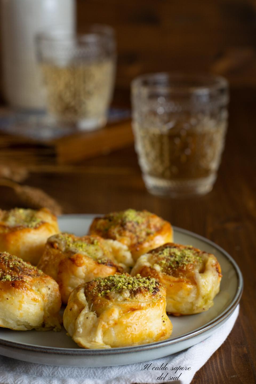 Girelle di pasta sfoglia al pistacchio e parmigiano