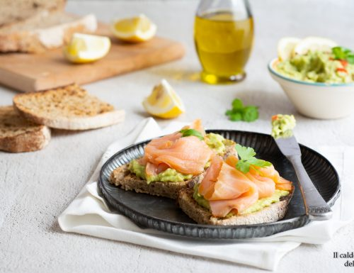 Bruschette con salsa guacamole e salmone