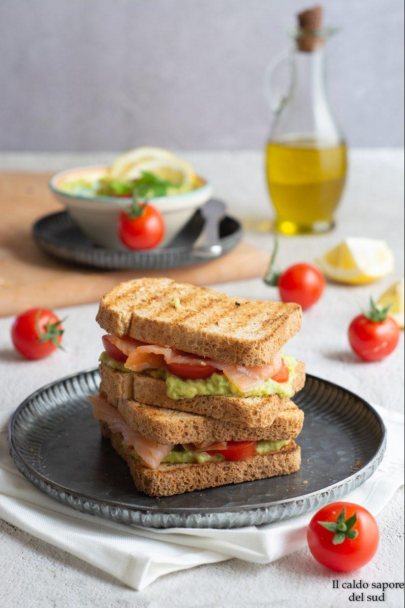 Toast guacamole e salmone con pomodorini