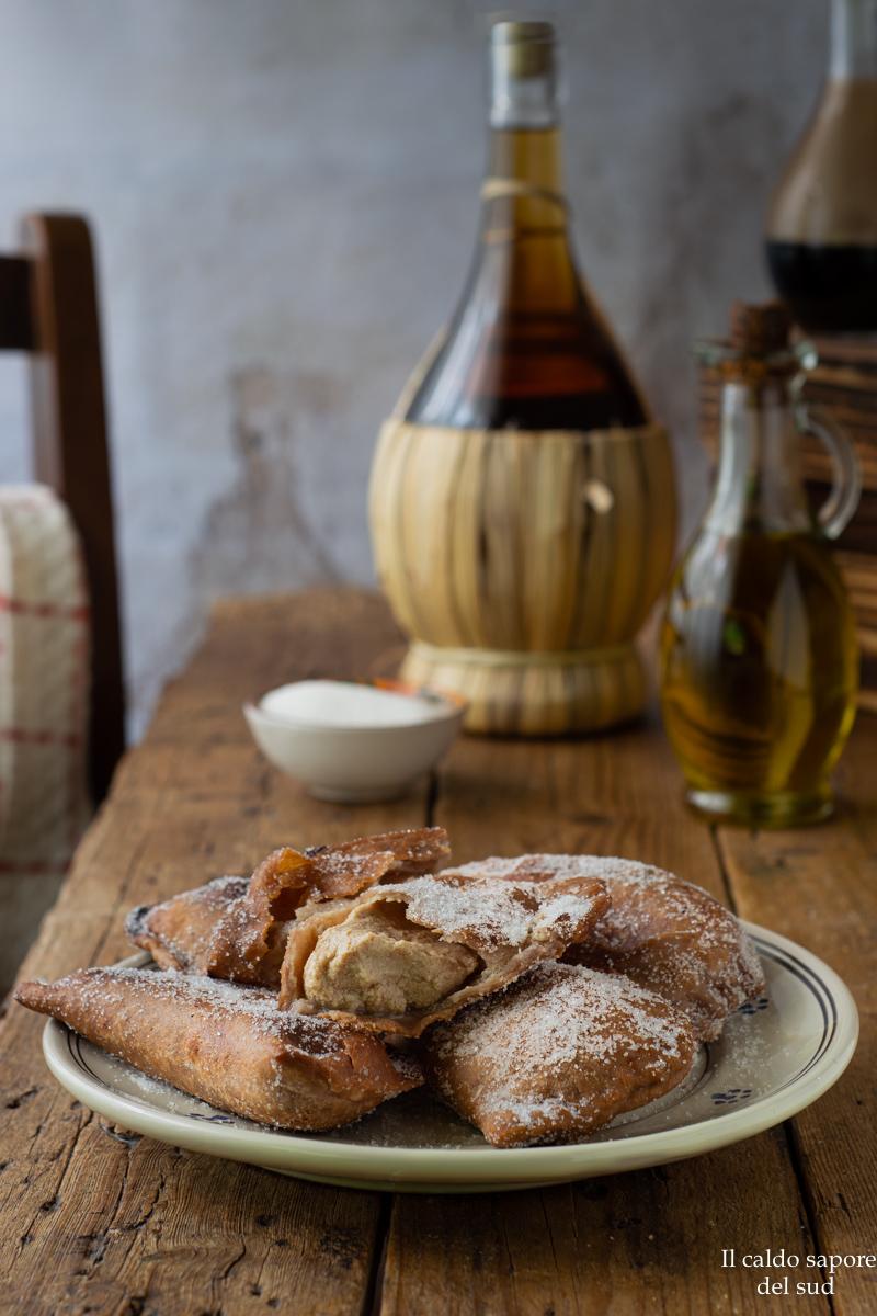 Raviole di ricotta fritte con impasto rustico al vino rosso.