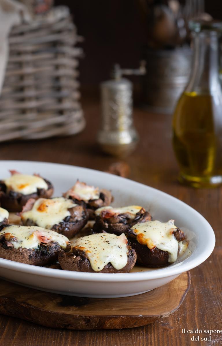 Champignon ripieni al forno con prosciutto e formaggio
