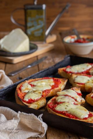 Pane raffermo al forno con pomodoro e mozzarella