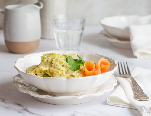 Pasta con pesto di zucchine e salmone