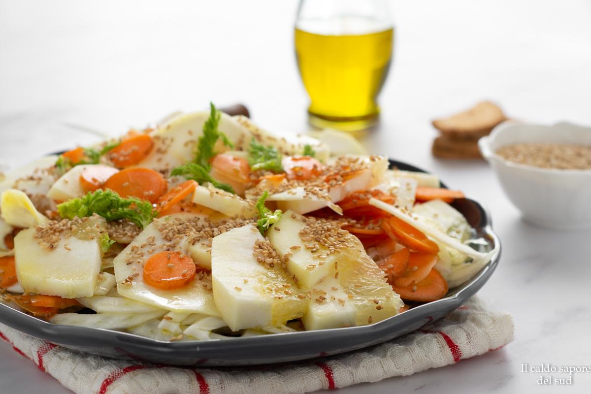Insalata di cedro con carote finocchi e semi di sesamo