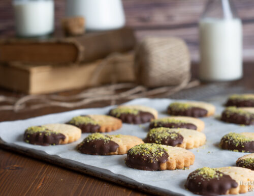 Biscotti di pasta frolla ricoperti di cioccolato