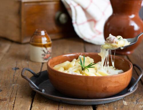 Pasta con patate provola e salsiccia sbriciolata