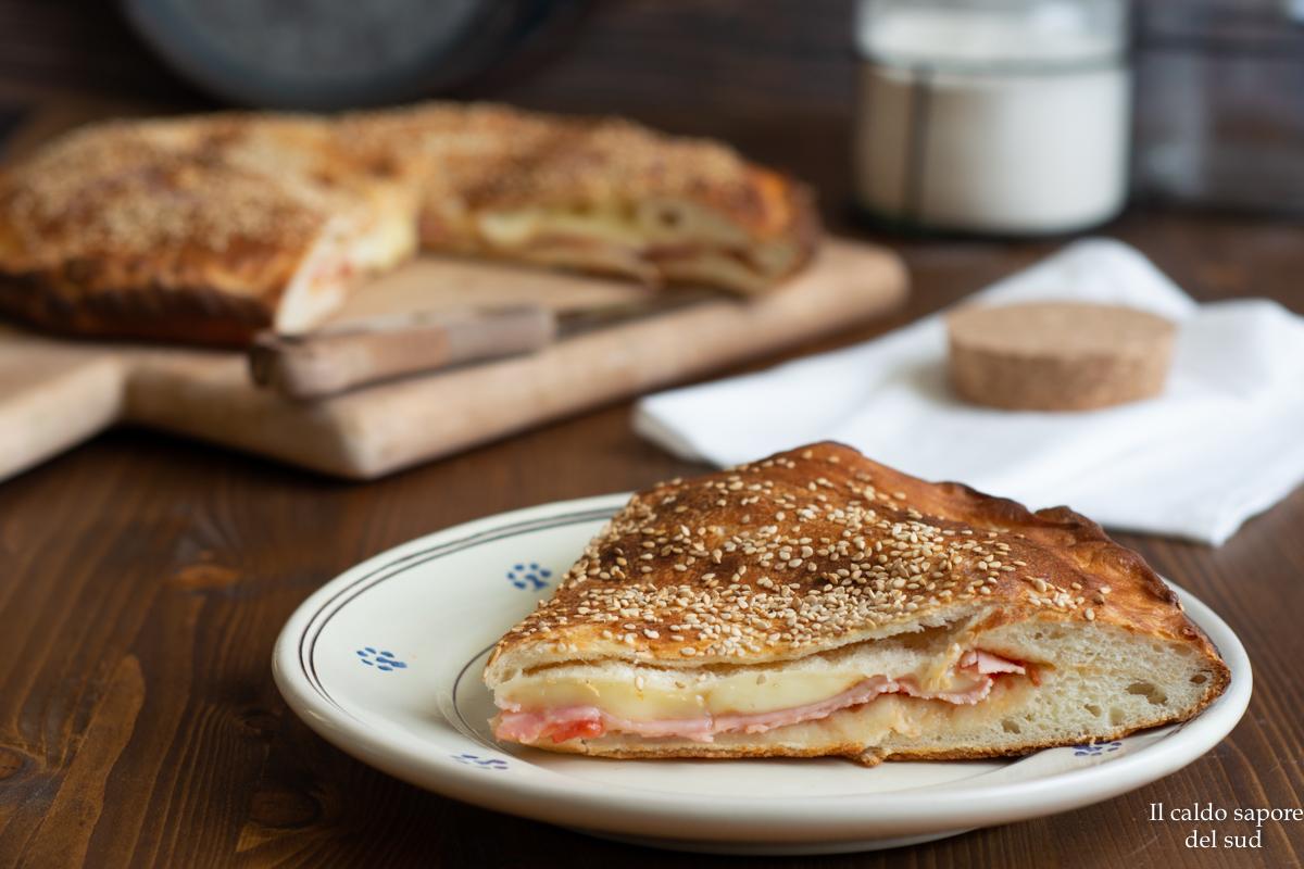 Focaccia soffice ripiena con prosciutto formaggio e pomodoro