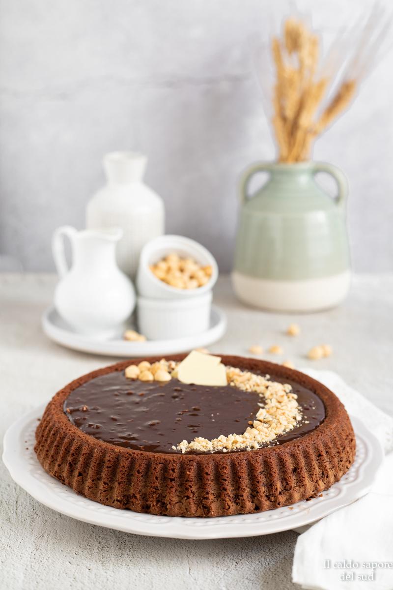 Unite il cioccolato alla panna (potete usare anche quella da cucina) e ottenuto un composto fluido e uniforma, aggiungete circa 50g di granella appena tritata.
