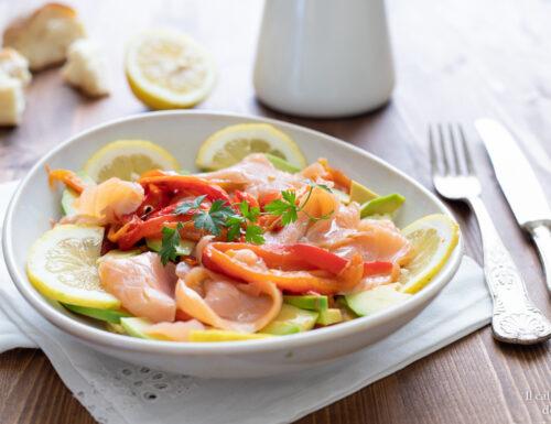 Insalata di peperoni arrostiti salmone e avocado ricetta light