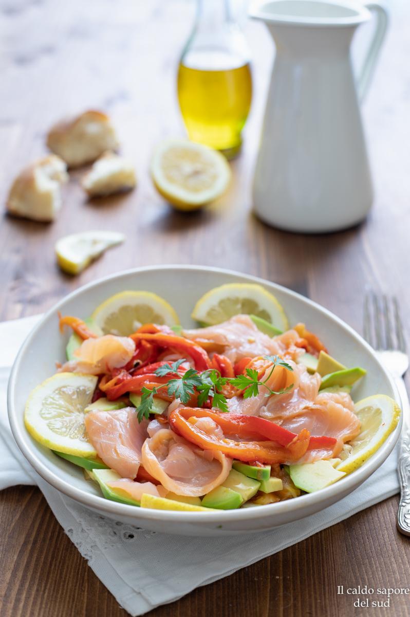 Insalata di peperoni arrostiti salmone e avocado