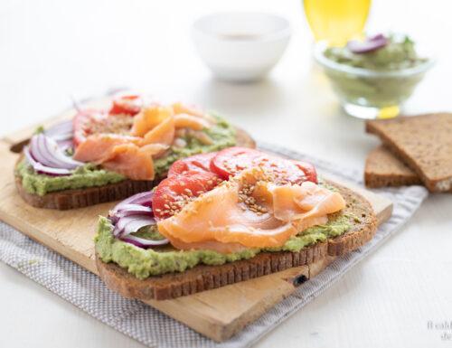Bruschette al salmone e avocado con pane ai 5 cereali  pomodori e cipolla rossa