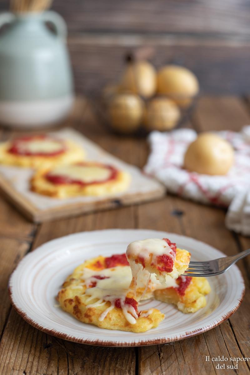 Pizzette di patate con pomodoro e formaggio
