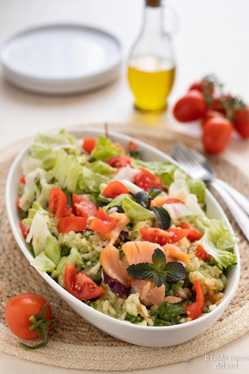 Insalata di riso al salmone con avocado, pomodorini e mistacanza