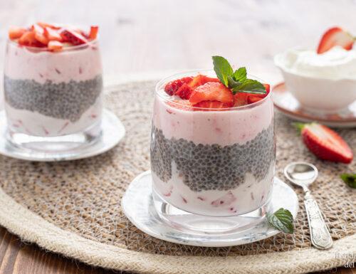 Semi di chia con yogurt greco e fragole
