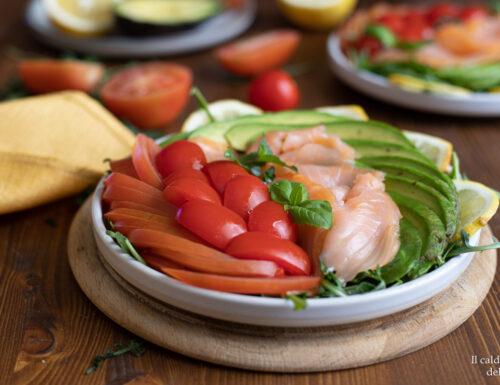Insalata di salmone con rucola avocado e pomodorini