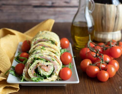 Rotolo di frittata alle zucchine con salmone rucola e pomodori