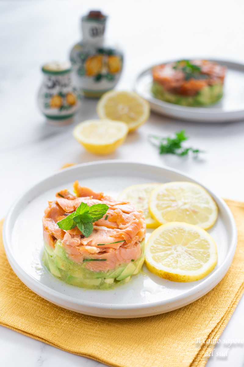 Tartare di avocado e salmone con succo di limone