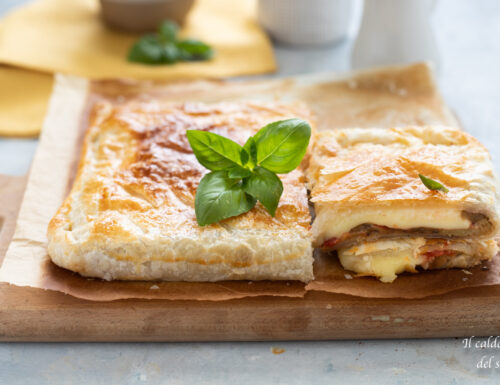 Rustico coperto di pasta sfoglia alle melanzane con pomodoro e formaggio