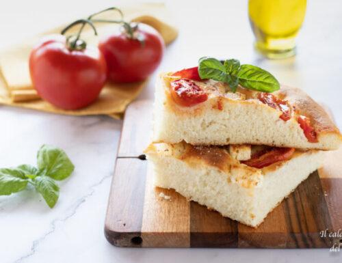 Focaccia alta con pomodorini e feta