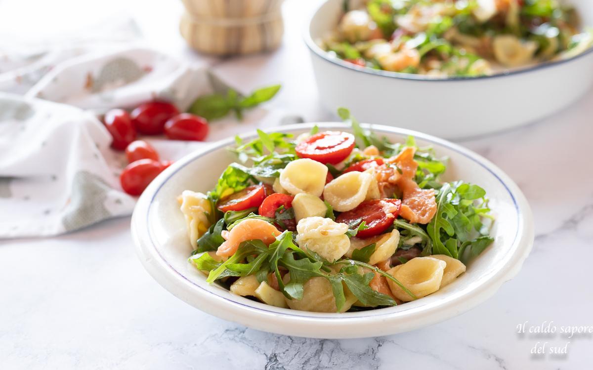 insalata di pasta rucola avocado salmone e pomodorini