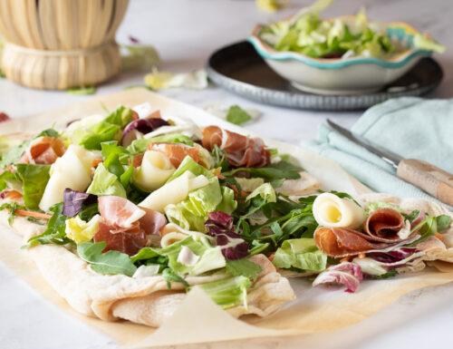 Pinsata con insalata mista mozzarella prosciutto crudo