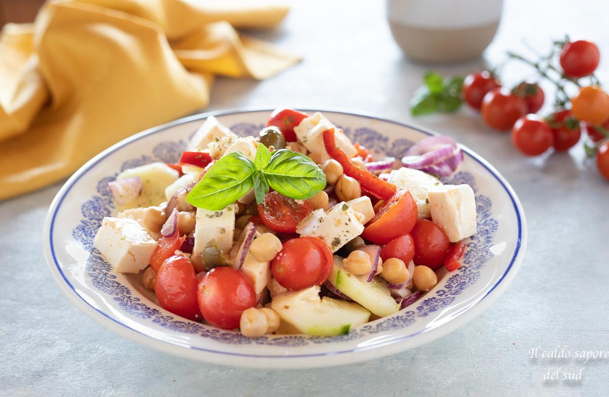 Ceci all'insalata greca con feta piatto estivo
