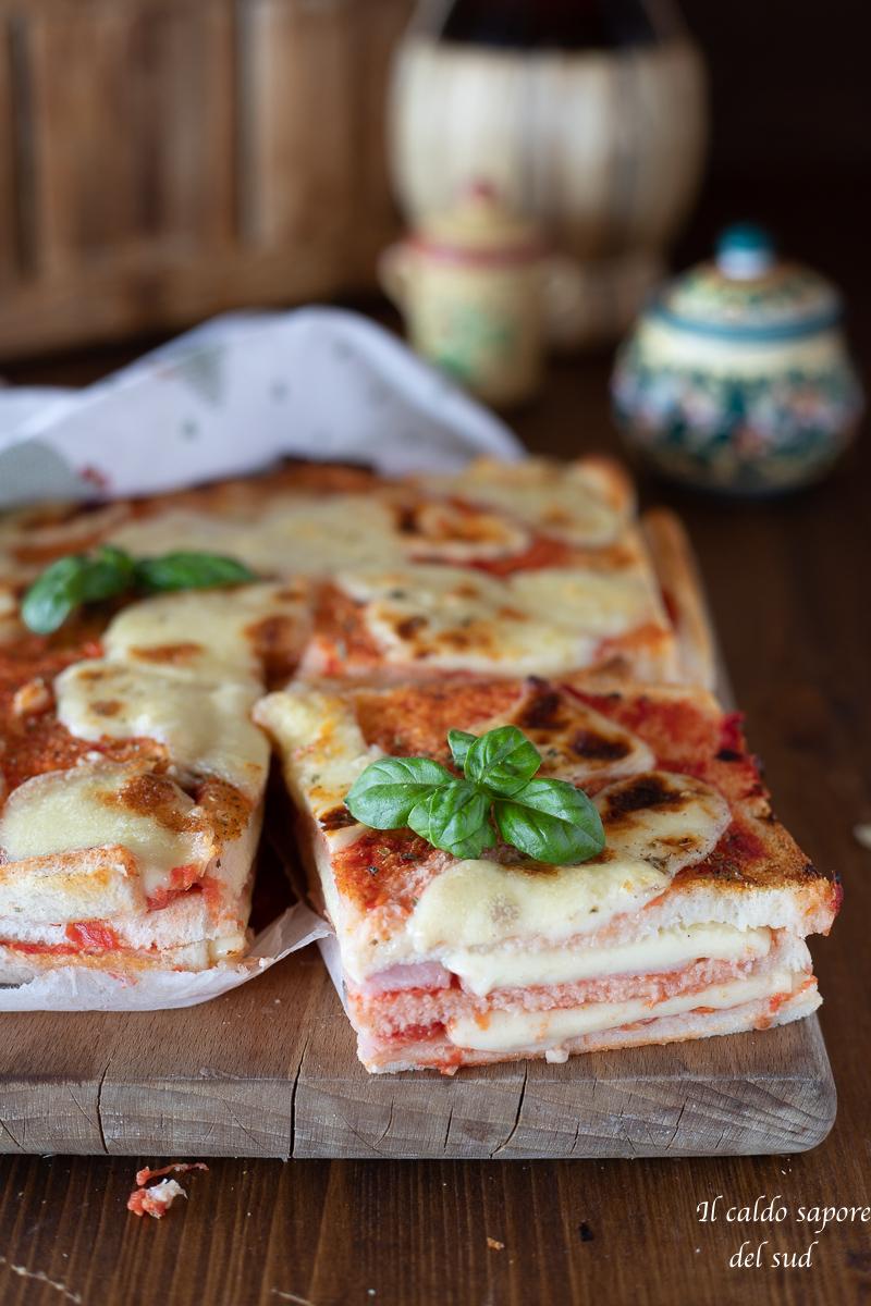 Torta tramezzino alla pizzaiola con pomodoro prosciutto e mozzarella