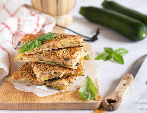 Schiacciatina di pasta sfoglia con zucchine pistacchio prosciutto e provola