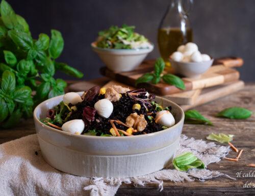 Insalata di riso venere con verdure miste e mozzarella
