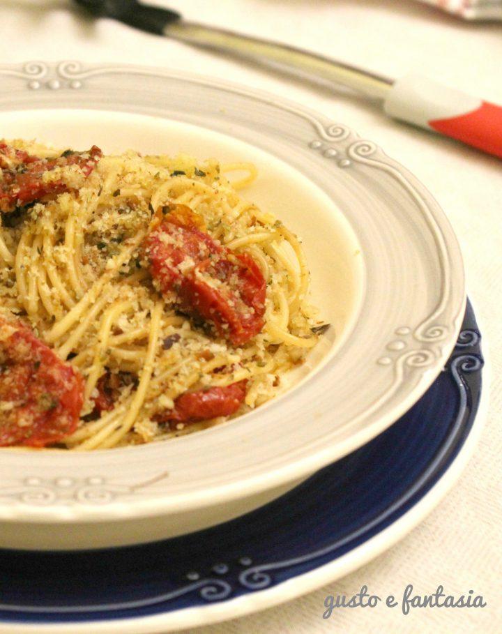 Spaghetti con pomodori confit e mollica alla frutta secca
