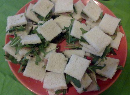 Mini sandwich con pesto e salmone