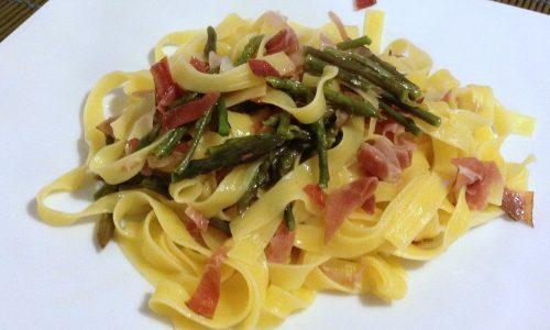 Fettuccine con asparagi selvatici e speck (ricetta veloce)