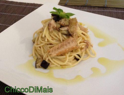 Spaghetti con filetti di sgombro e melanzane (ricetta primo)
