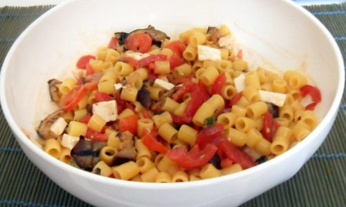 Pasta fredda con melanzane e pomodoro (ricetta mediterranea)