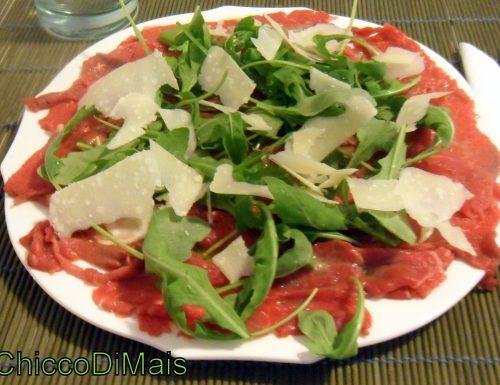 Carpaccio di manzo con rucola e parmigiano (ricetta senza cottura)