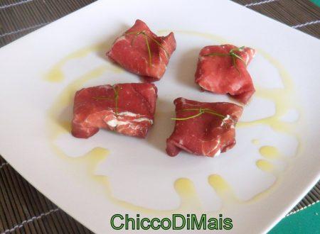 Pacchetti di bresaola con formaggio alle erbe (ricetta finger-food)