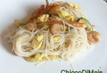 Spaghetti di riso con gamberi e verdure (ricetta cinese)