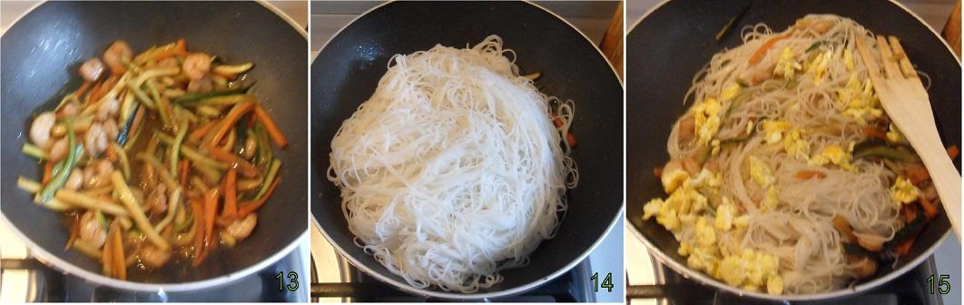 Spaghetti di riso con gamberi e verdure 5 saltare la pasta